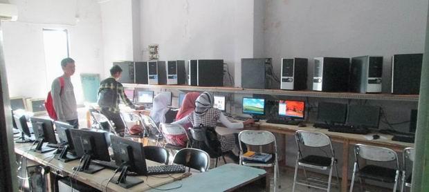 Fasilitas laboratorium komputer yang terdiri dari dua ruangan